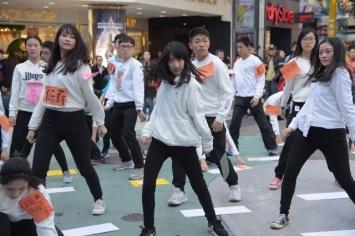 法稅改革聯盟青年志工以kuso行動劇結合街舞,「抖」掉低薪資、稅制不公、違法稅單等,為自己的未來發聲。
