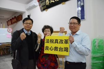 高雄港義消總隊總幹事洪資森(右)表示,大家都可以在合法的基礎上合法的繳稅!