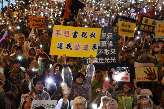 法稅改革聯盟發起的「反財稅黑手運動」於19日晚間與民眾持續在凱道呼籲政府關注法稅議題