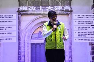 臺北市萬興里里長詹晉鑒律師在凱道現場參與「反財稅黑手運動」為民眾加油打氣!
