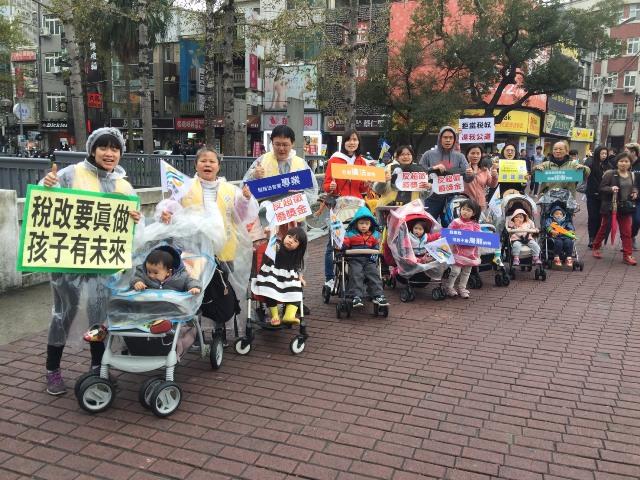 20180308新聞陳抗_a4942二二八人走上街頭籲終止稅法228 2.jpg