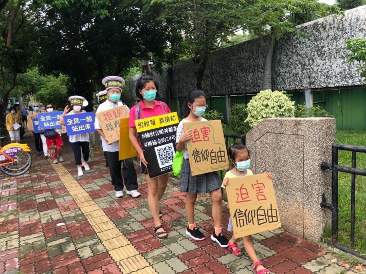 法稅志工帶著2歲的小朋友參加街頭抗議,認為這是最直接的公民教育,是讓小朋友明白是非善惡最直接的做法。